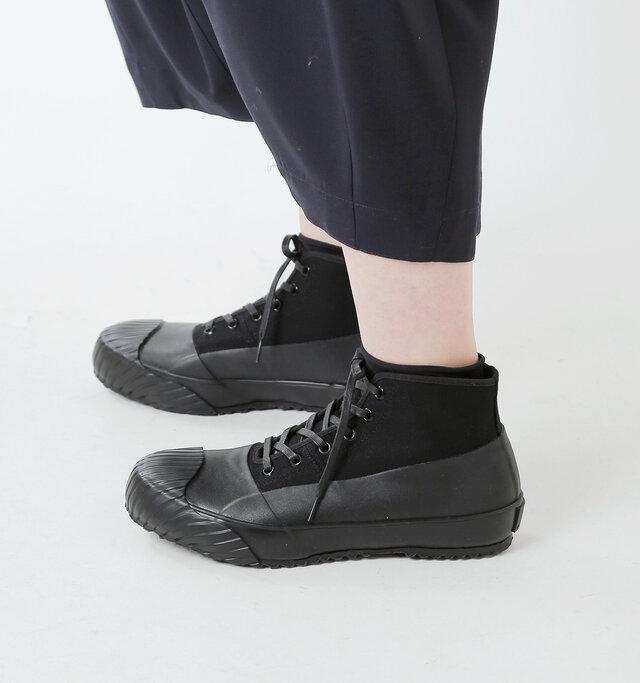 """国内でも極わずかな工場でしか生産することができない加硫製法「ヴァルカナイズ製法」。 この製法から生み出される靴はソールがしなやかで柔らかく、美しいシルエットを保ちながら丈夫で壊れにくいという特徴があります。熟練の手仕事でしか生み出せない精巧で美しい""""作りの良さ""""が魅力です。"""