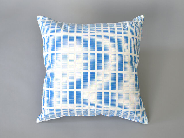 空の色を連想させるような綺麗なブルーは、白と合わさることで爽やかさが強調されますね。そこに手書きのやわらかいデザインが可愛さやナチュラルさを演出してくれているので、ほっこりするような印象も。