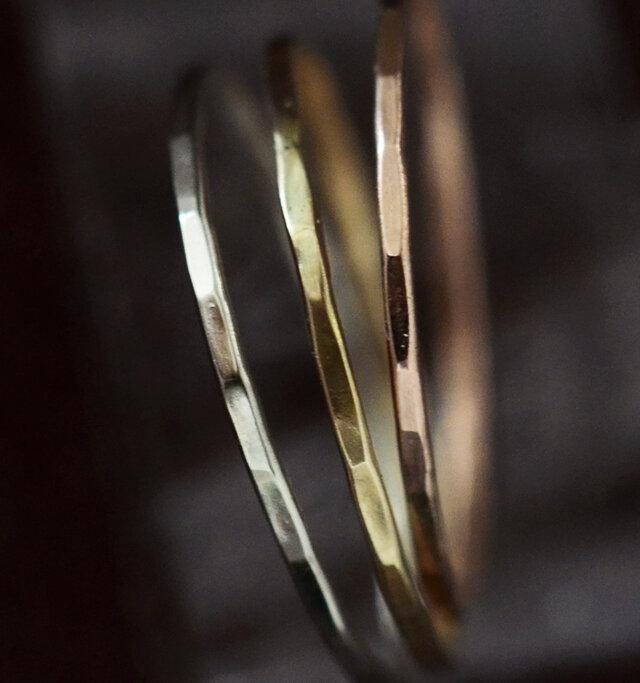 ハンマーを叩いて生まれるわずかな角張りが繊細な中にもゴールドの輝きと存在感を強調します。