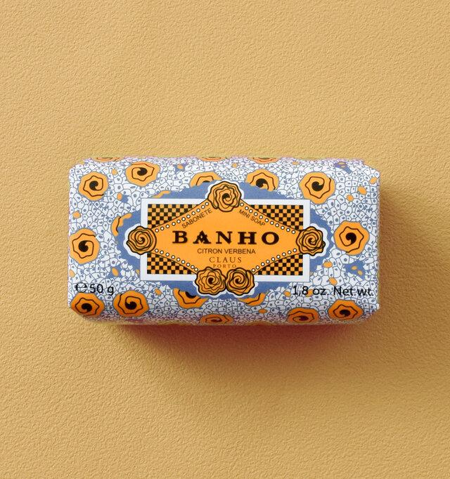 BANHOの香りは、バーベナのフ レッシュでイキイキとした香りを強調しています。この軽やかな香りに深みを持たせるため、ウッドとムスクをブレンドしています。パッケージはチャイナブルーとオレンジで、ポルトガルのアズ レージョ(セラミックタイル)を表現しています。