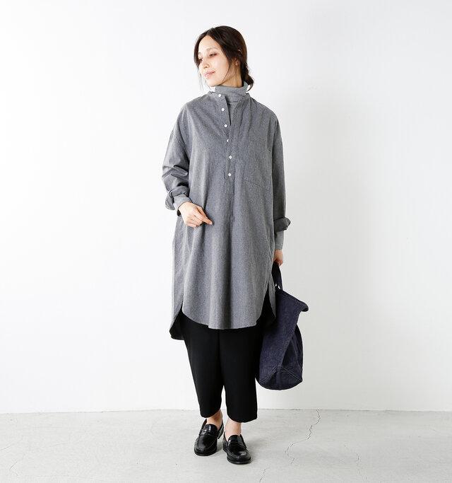 model yama:167cm / 49kg color : mid gray / size : 12   すっきりとしたバンドカラーのネックライン。ストール等を巻きやすく、ボタンを外してインにタートルを着てもお洒落。左胸に大きなスクエアポケットを配置。フロントはプルオーバーデザインです。
