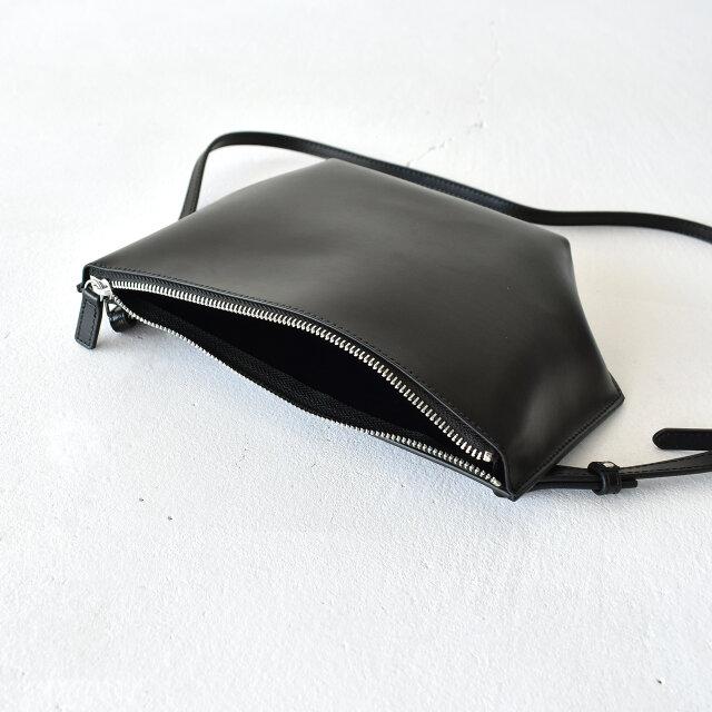 必需品をミニマルに収納できるサイズ感。 ショルダーストラップは着脱が可能。7段階で長さを調節ができます。
