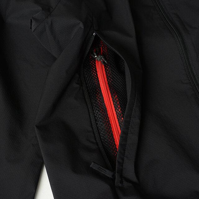 メッシュポケットはベンチレーションを兼ねており、右ポケットの内部にはセキュリティポケットが付いています。