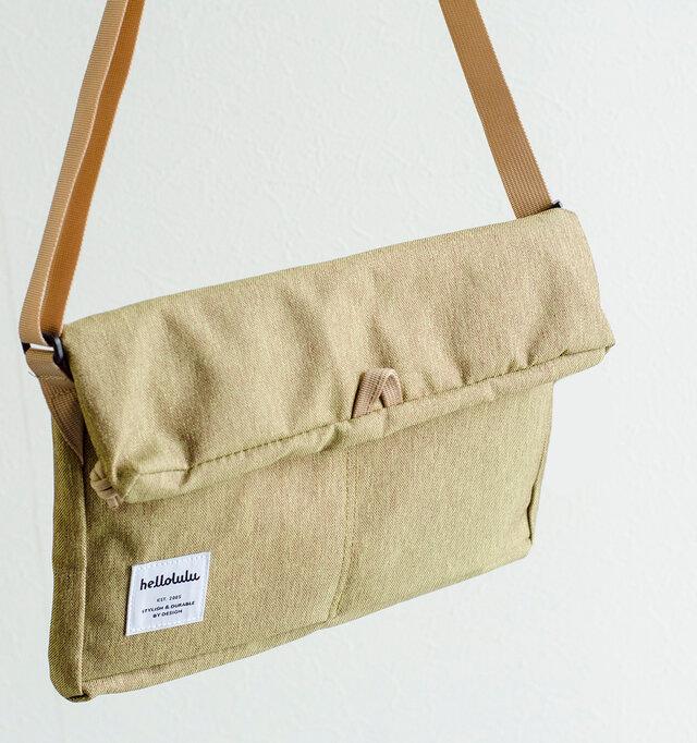 フロントはフラップで留めるデザイン。荷物を取り出す際に便利なマグネット式なので、とてもスムーズに出し入れができます。