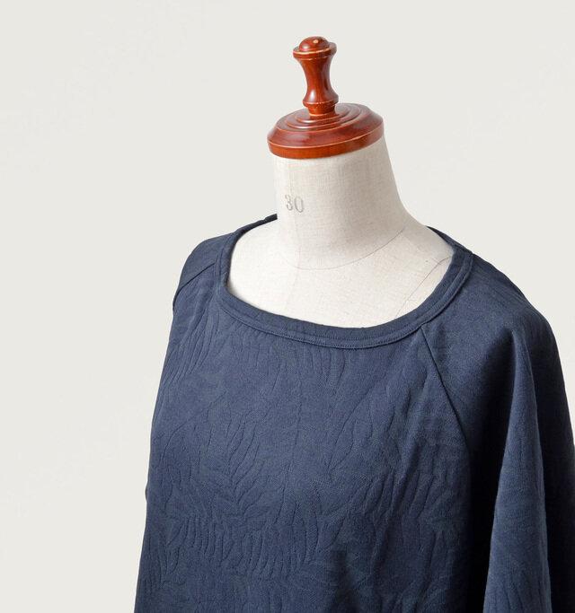 ネックはフチがしっかりと縫製されたヨレにくい仕上がりに。横に広く開いているので、ゆったり女性らしい雰囲気が漂います。