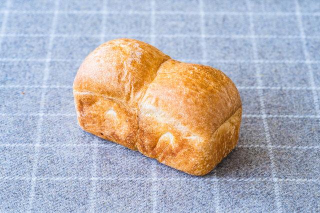 生地を牛乳だけでこねたほんのり甘いテーブルパン。シンプルに朝食やおやつにどうぞ。季節のコンフィチュールを添えてもおすすめです。  原材料 小麦、牛乳・練乳・無塩バター(乳成分を含む)、グラニュー糖、塩、パン酵母
