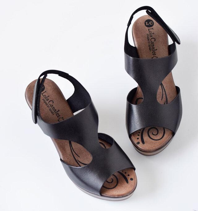 発色の良い、マットな艶感のある上質なレザーアッパーは大人な雰囲気を漂わせます。足当たりも滑らかでストレスフリーに履けるのも高ポイント。質のいい柔らかい本革は履きこむほどに足に馴染みます。