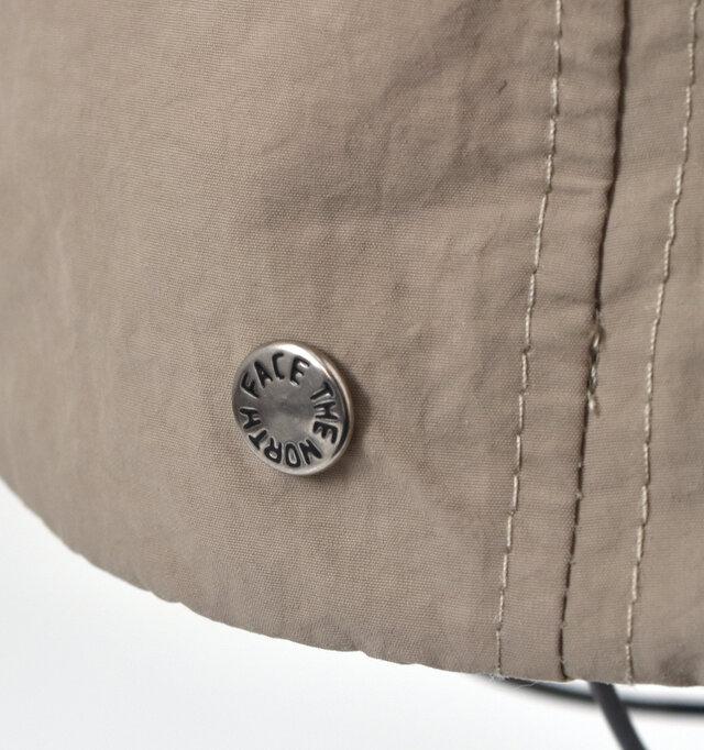 自然なシワ感が特徴的な軽量なナイロン素材を使用。 製品洗いによるヴィンテージ加工を施した、しなやかな風合いです。