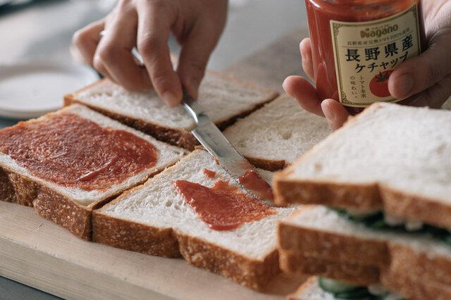 まずはトマトケチャップをパンに塗って…