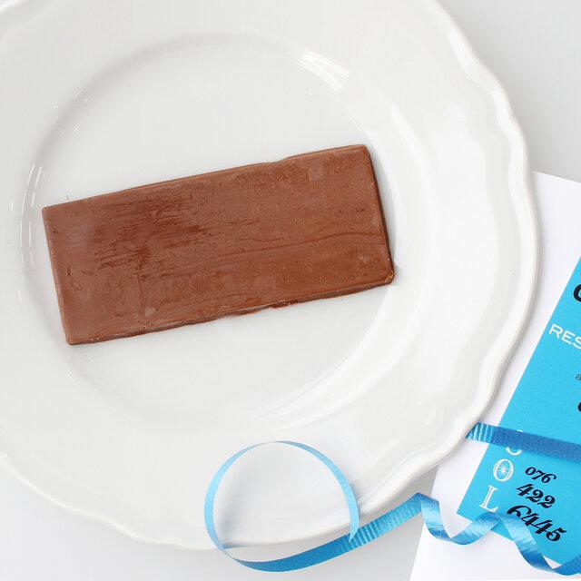 SOLで提供しているチャイをイメージしたスパイシーなミルクチョコレート。濃厚でクリーミーなミルクチョコレートと、チャイの香りがまったりととろけるように広がります。コーヒーとの相性も抜群です。