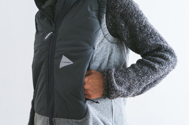 フロントのポケットは、中綿の中に手が入るように設計されハンドウォーマーとして使用できます。
