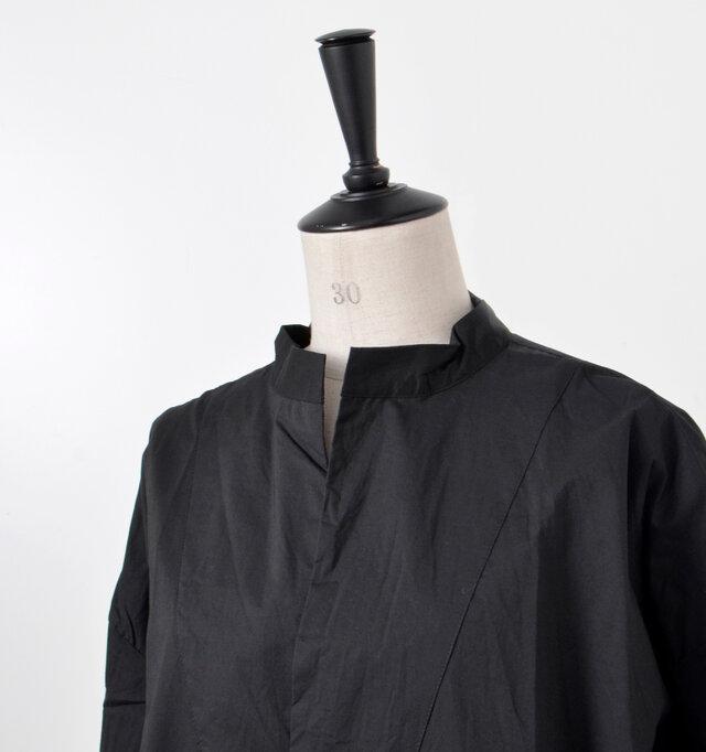 首もとのヌケ感が女性らしいスキッパーシャツ。少しだけ立ち上がったスタンドカラーがモードな雰囲気に。