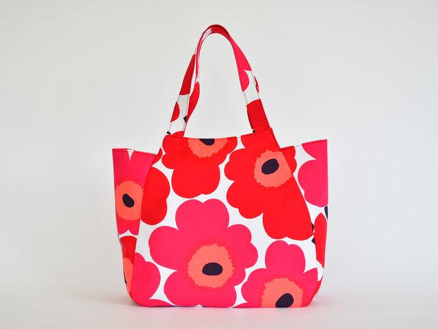 まるでチューリップのような形をしたかわいいバッグは、たっぷりの荷物を入れることができます。