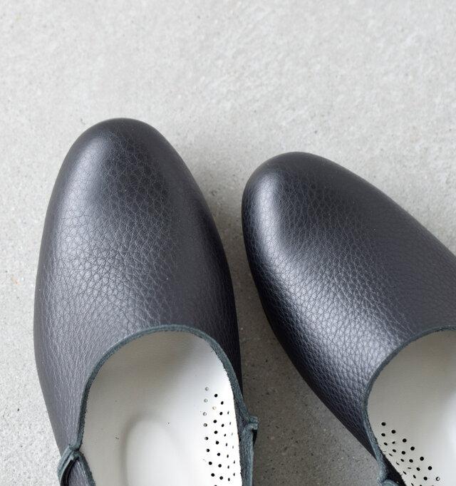 EEEのゆったりとした履き心地ながらすっきりとしたフォルムと、野暮ったさのない細身のラウンドトゥ。柔らかなレザー素材なので、履き込む程に足に馴染んできます。