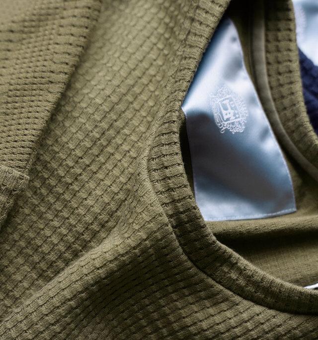 高品質なコットン糸を使用して編み立てた、ふっくら肉感とコシのあるコットンワッフルを使用。 やや大きめの編み地が印象的なワッフルは、サラリとしていて肌触りがとても柔らかく、快適な着心地です。