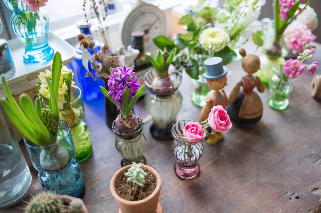 美しい発色でちょっぴり個性的なカタチのフラワーベースですが、意外とどんなアイテムとも相性がよく、すっとなじんでくれます。写真のように形や素材が異なるほかの花器や雑貨と合わせて飾るのもおすすめですよ。