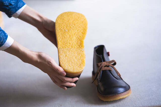 靴底(ソール)には、厚みのある天然ゴムのクレープラバーを使用。 ほどよい弾力は特別な履き心地です。