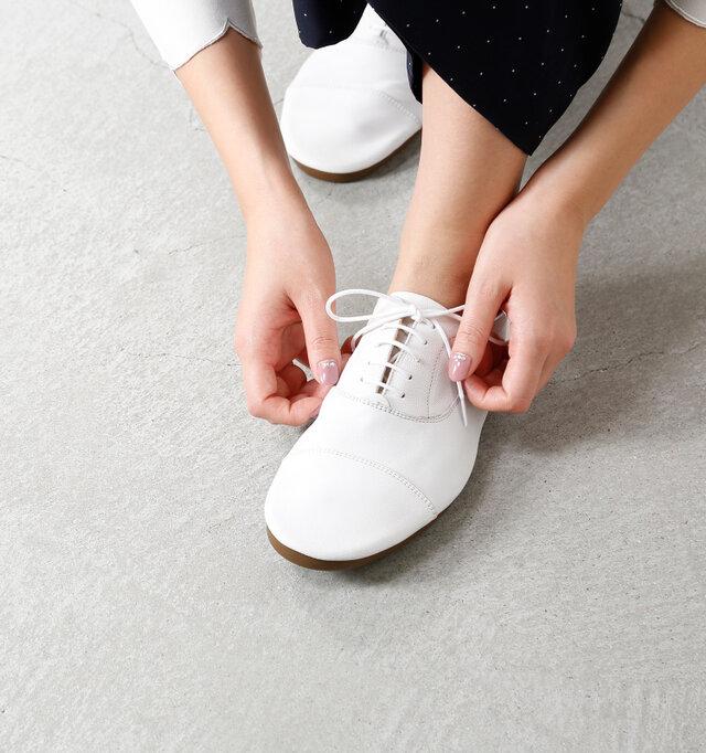 マットな質感のレザーで程良いくったり感。丸みのあるシルエットが特徴的なシューズ。 革本来の表情豊かなレザーを活かした靴は、足元からお洒落を格上げしてくれます。 見ているだけでフェミニンなぺたんこシルエットは、履けば履くほど虜になる逸品。