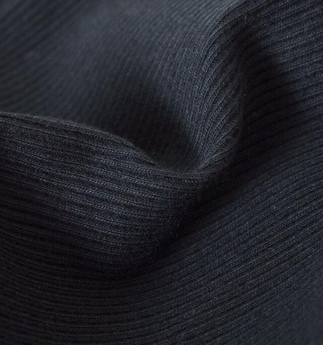 やわらかく、さらりとした肌触りのリブを採用。ストレッチ性も高く、履き心地もバツグンな仕上がりです。