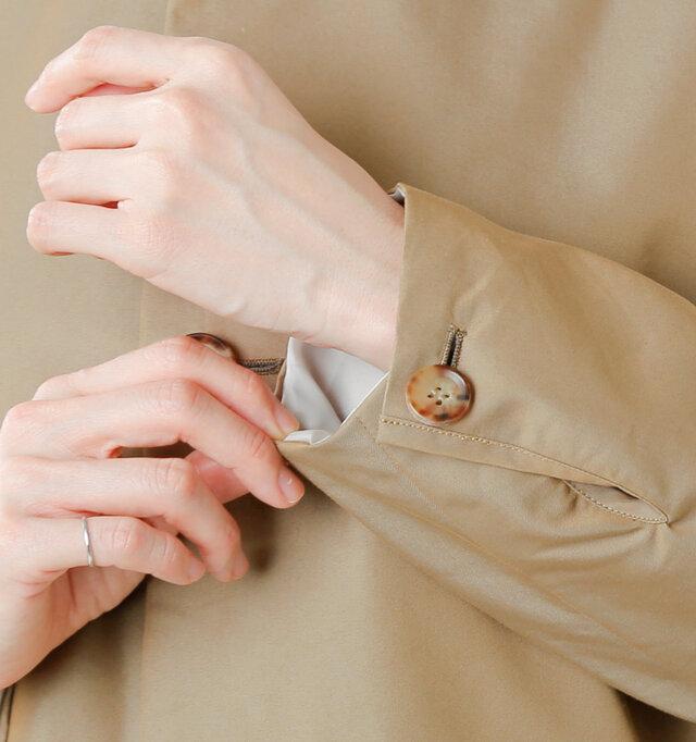 袖口はボタンで簡単に開閉できるので、ラフにロールアップして裏地を見せても◎。