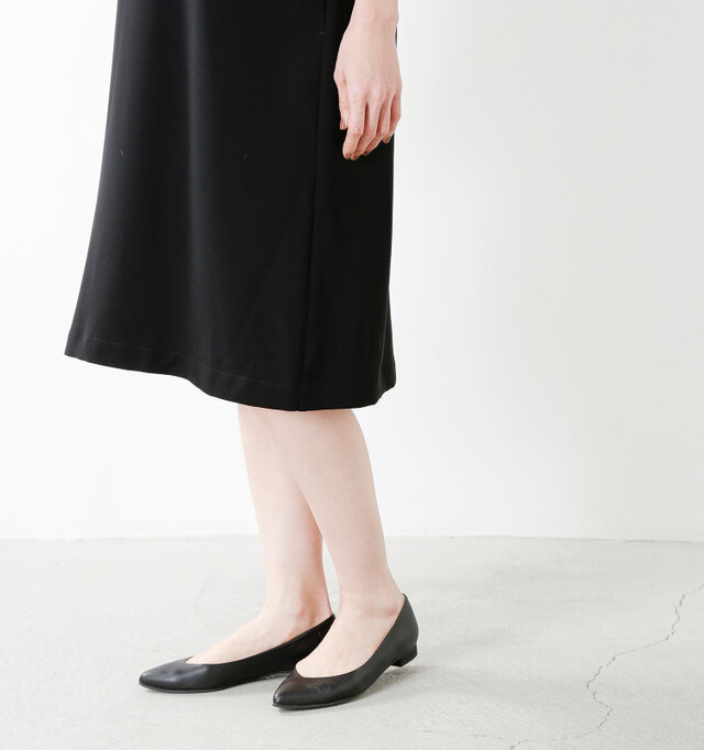 ひざ丈でフォーマルなシーンにぴったりな1枚。スカート部分は広がり過ぎないAラインのシルエットで、落ち着いた大人の女性らしさを演出します。軽やかな生地で脚捌きも良く、快適に歩行ができます。