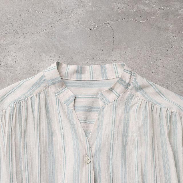 襟はすっきり見えるスキッパーデザイン。