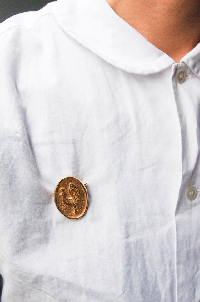 メダル型は、ブローチ初心者さんでも取り入れやすいのがうれしいですね。
