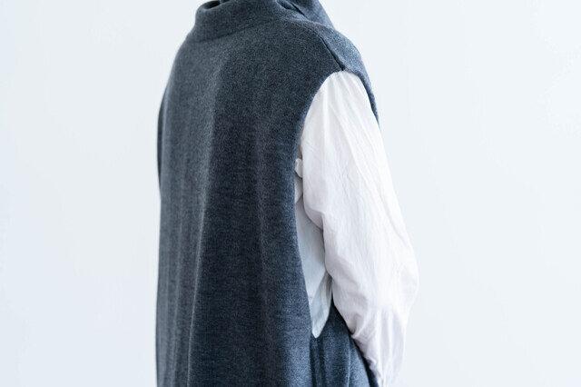 しっかりあいた袖口がポイント。裏表の編み目の強弱でくるっとカールさせた袖口がデザインのアクセントになっています。