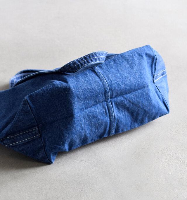 柔らかく、平らな底マチは荷物の量や形を選ばず、ぽんぽんと気軽に荷物を入れることができます。
