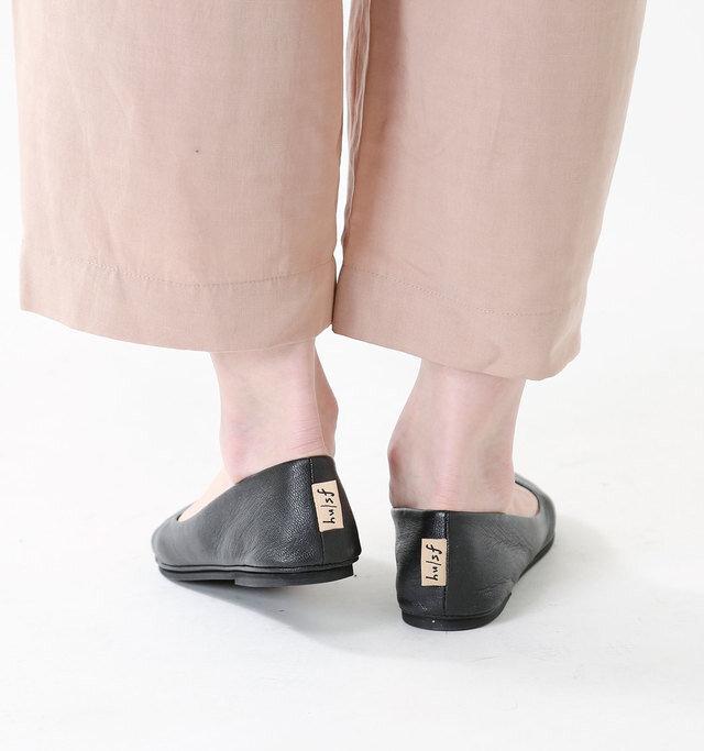 女性のかかとに沿うように少しきゅっとしたデザイン。ワンポイントでブランドタグが配されています。