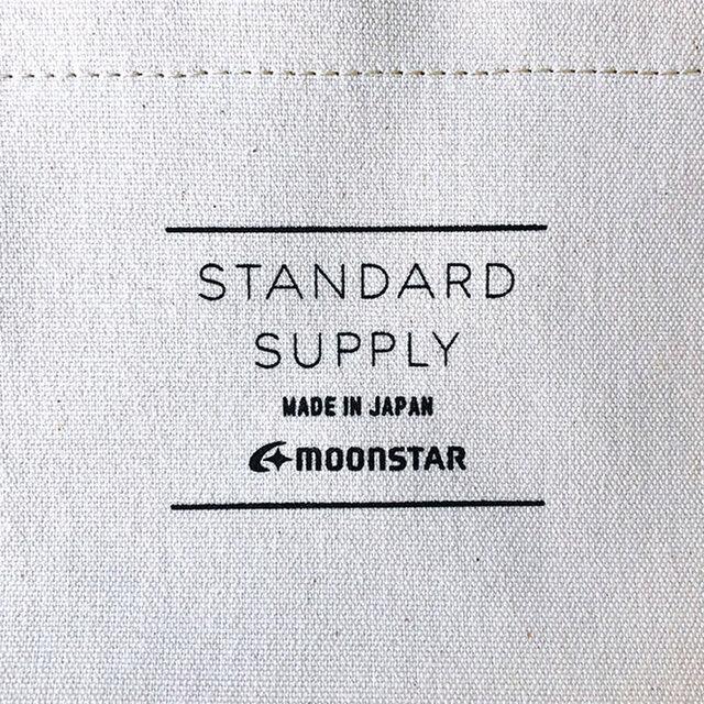内側のポケットには、シルクスクリーンでSTANDARD SUPPLYとMOONSTARのロゴマークをプリント。  このロゴは、MOONSTARのスニーカーのベロ裏にプリントされているデザインがベースになっています。  太めのMADE IN JAPANのフォントが印刷の具合によって潰れてしまう仕様も含めて、忠実に再現。