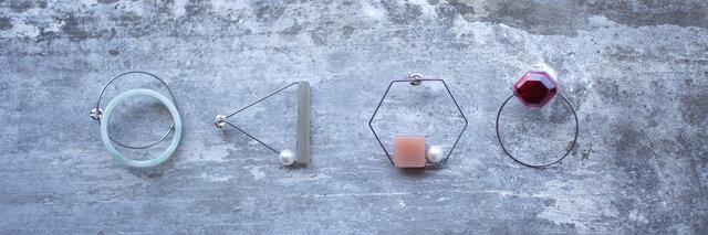 アセテートとチタンの加工技術を詰め込んだ「TITANIUM(チタン)」シリーズ。  無機質なチタンのラインと、アセテートの有機的な表情を掛け合わせた新しいアクセサリーです。