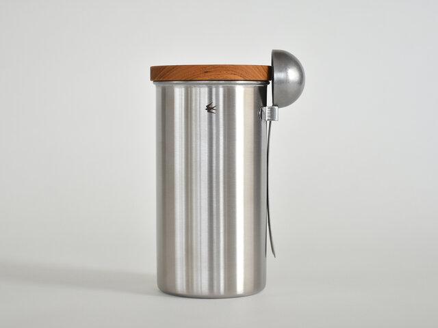 小さなスプーンを中に入れると、コーヒー豆が付くので使うたびに手が汚れますよね。だからといって、スプーンをその都度毎回洗って使うのはすこーし面倒…。大きい方のキャニスターは、別売りのメジャースプーンをフックに引っ掛けて収納が可能です!