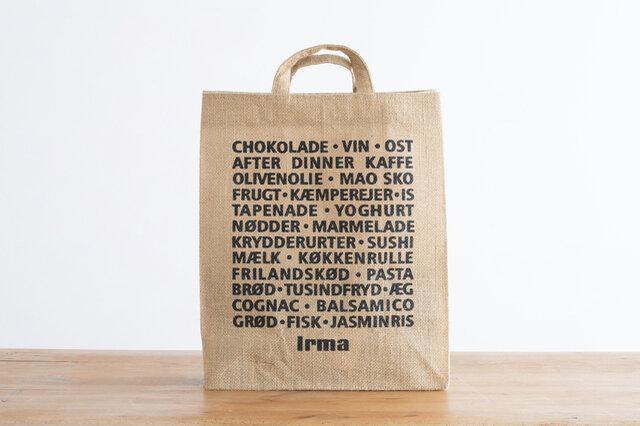 裏面には、食品や日用品などのデンマーク語がずらり。ロゴマークと同じブラックで、クールな印象です。 コーディネートにあわせて表裏使い分けてもいいですね。