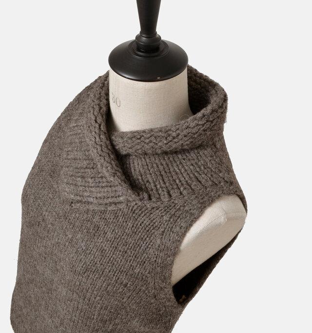 マフラーをクロスして首元を包み込むようにデザインされたリブ。温かく個性的なあしらいです。