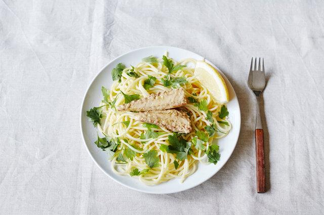 パスタを茹でて、お好みの食材と鯖フィレで豪華な一品の出来上がり。缶詰のオイルをかけて召し上がれ。本格的な味わいなのに1つワンコイン以下と、リーズナブルなのも嬉しいですね。