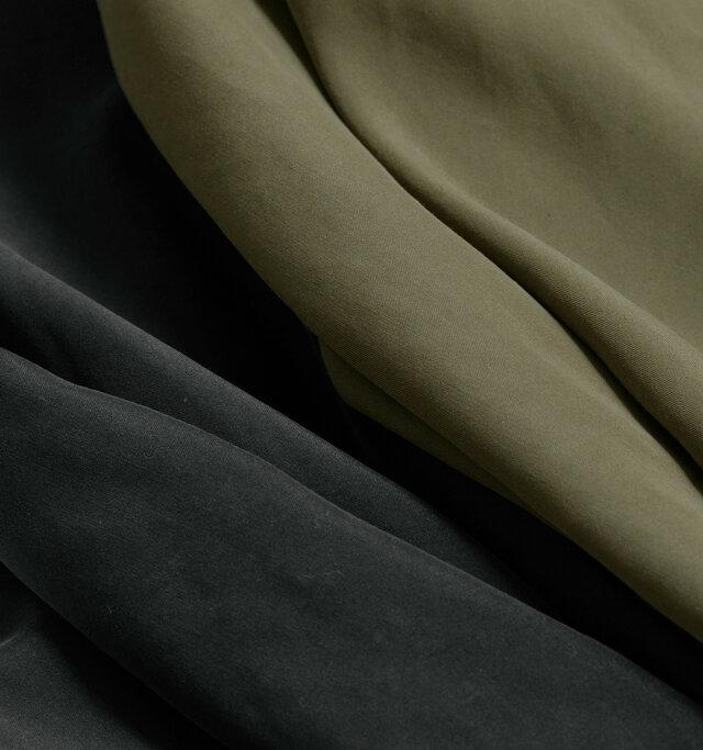 """生地にはしっとりとした""""ピーチスキン""""の布帛を使用。マットな雰囲気と上品で軽やかな素材感が素敵です。カラーは「カーキ」と「ブラック」の2色をご用意しています。"""