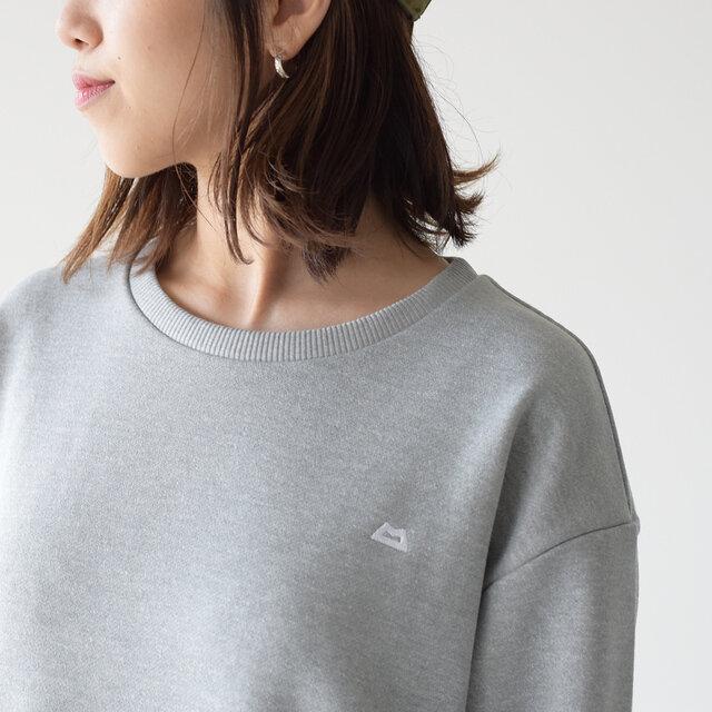 すっきりとしたクルーネックに、ゆったりとしたドロップショルダーがメリハリのあるデザイン。 胸元にはブランドロゴがちょっとしたポイントに。
