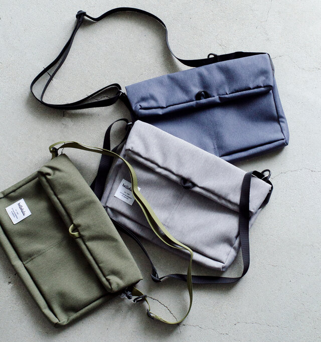 """香港で生まれバッグブランド、""""Hellolulu""""のコンパクトでスタイリッシュなバッグは軽量で丈夫、かつ使い勝手の良いシンプルなつくりが魅力的です。 内側やジップなど細部の可愛らしい配色もポイントで、カラーは全6色をご用意しています。"""
