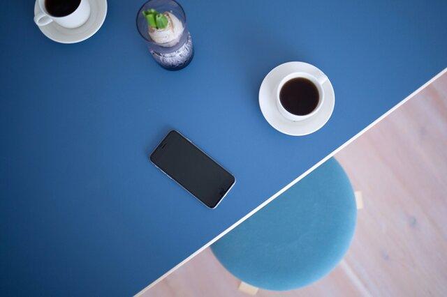 リノリウムカラーの天板は、それだけで美しいのでテーブルクロスがなくても、十分にスタイリッシュな食卓になります。 30年後には、脚も天板もいい色になって、ヴィンテージとしての価値も高くなるartekの家具。 STOOL60×minä perhonen dop との相性も間違いなしです。 (画像天板カラー:ブルー)