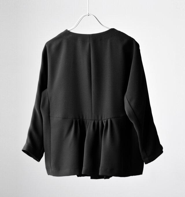 結婚式や入学式はもちろん、休日のおでかけや普段の装いでも着られる便利なジャケットです。