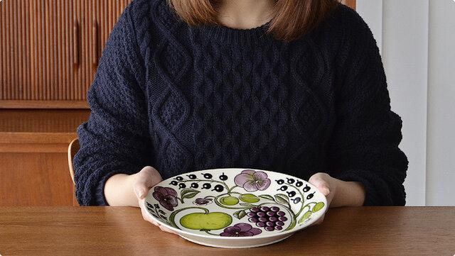 ディナープレートやワンプレートとして、また大勢で分け合える大皿料理にも使えます。 フラットな部分は直径16cmなので5号サイズのホールケーキがきれいにのりますよ。