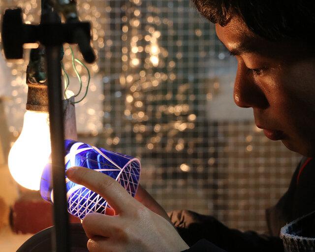 私たちが生まれた日本で長く受け継がれてきた伝統工芸の技術や職人の後継者不足などの危機に瀕する日本のモノづくり技術を継承するために何かできることは…。そんな想いから、主宰の黒田幸が2011年に立ち上げたブランドがKARAFURUです。