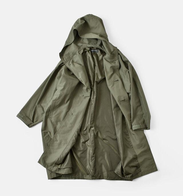 袖通しをスムーズにするため、サラリと滑らかな裏地がついています。袖口はベルクロ仕様で、サイズ感を自由に調節することが可能です。