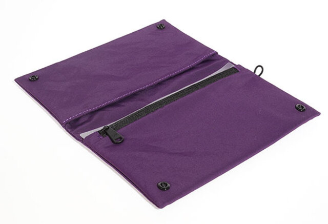 シンプルなフェイスに本体は2つのスリットポケットと1つのファスナーポケット。