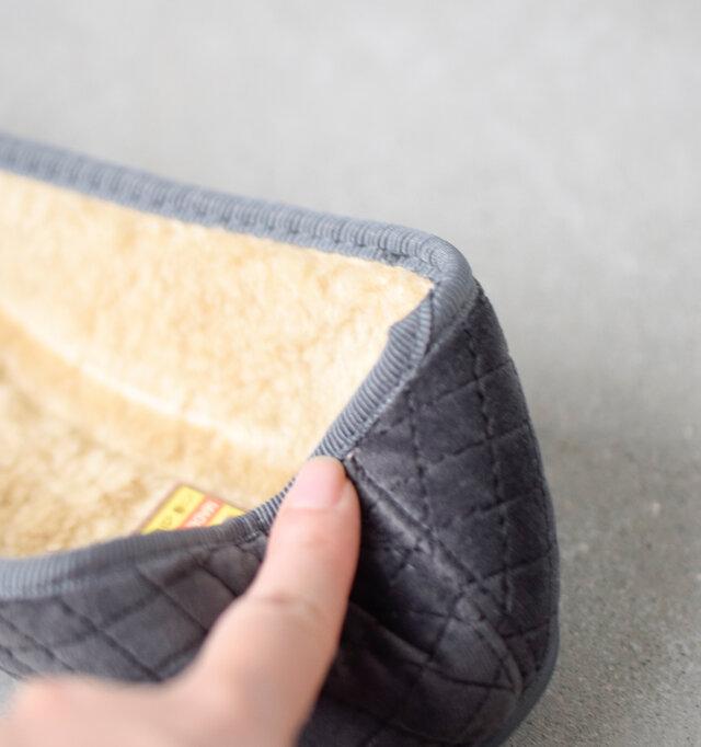 室内履きとしても使える軽くて柔らかな素材がリラックスした履き心地です。