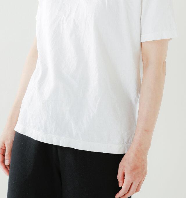 袖を通した瞬間に軽くて爽やかな生地に触れる心地よさ…。コットン100%ならではのナチュラルな素材感が魅力です。
