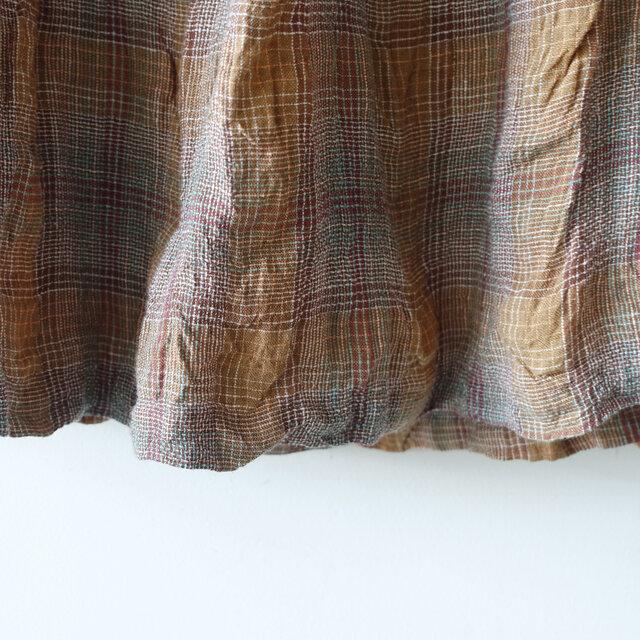 リネンにモダールを合わせて織り上げることで、肌ざわりも柔らかく凹凸感あるポコポコした表情に。着て洗うほどに身体に馴染み、風合いが深まっていくのも特徴です。