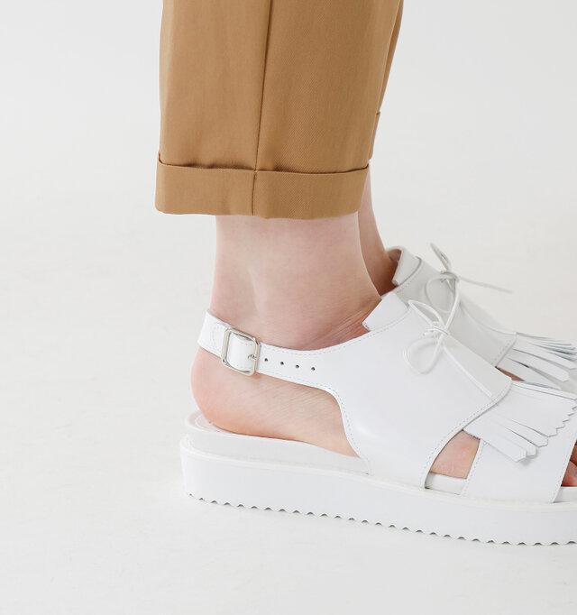 程良い厚みのあるソールがしっかりと衝撃を吸収して足を支え、バックストラップが無理なくフィットして長時間履いていてもストレスの少ない一足。ベルトは5段階でサイズ調節が出来ます。