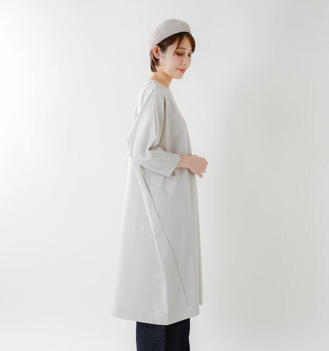 裾に切り替えを施したコクーンシルエットがトレンド感も演出。 モードな印象になり、サラリと1枚で着たときもスタイリッシュに決まります。